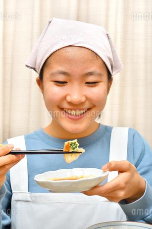 餃子を食べる女の子の写真素材 [FYI03596710]