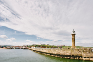 Light house by Whitby harbour, Whitby, North Yorkshire, Englandの写真素材 [FYI03596830]