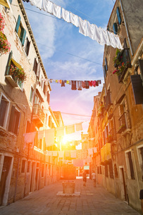 Laundry on washing lines across street, Venice, Veneto, Italy, Europeの写真素材 [FYI03597235]