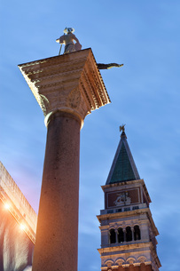Low angle view of statue on column, Venice, Veneto, Italy, Europeの写真素材 [FYI03597242]