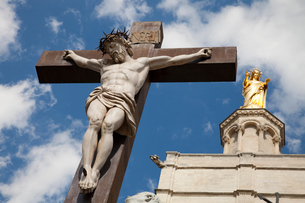 Crucifixion statue by Palais des Papes, Avignon, Provence-Alpes-Cote d'Azur, Franceの写真素材 [FYI03597308]