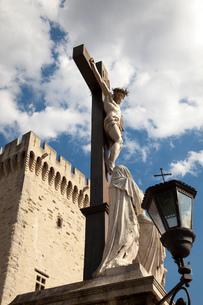 Crucifixion statue by Palais des Papes, Avignon, Provence-Alpes-Cote d'Azur, Franceの写真素材 [FYI03597309]