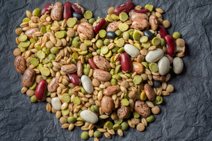 Overhead view of dried lentils, beans and barley in heart shapeの写真素材 [FYI03597556]
