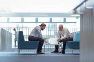 Businessmen in meeting in railway engineering facilityの写真素材 [FYI03597797]