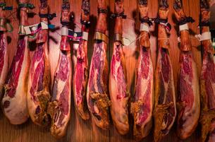 Spanish cured ham hanging in Boqueria Market, Barcelona, Catalonia, Spain, Europeの写真素材 [FYI03597819]