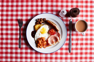 Full English breakfast on checked table cloth, overhead viewの写真素材 [FYI03597855]