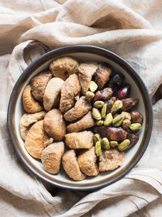Dried fruit and mixed nuts in bowl, close-upの写真素材 [FYI03598025]