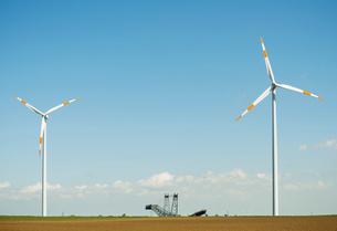 Wind turbines, machine to dig for brown coal in between, J・ich, Nordrhein-Westfalen, Germany, Europの写真素材 [FYI03598057]