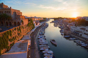 View of historic harbour waterfront and town hall at sunset, Ciutadella, Menorca, Balearic Islands,の写真素材 [FYI03598516]