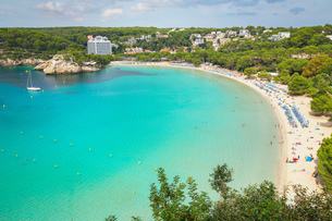 View of holiday makers on sandy beach at Cala Galdana, Menorca, Balearic Islands, Spainの写真素材 [FYI03598521]