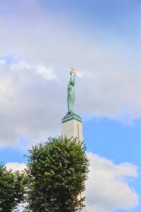 ラトビア・首都リガのダウガヴァ川を巡る観光船から見た旧市街にある自由記念碑(ラトビア独立戦争(1918-1920)で殺された兵士に捧げられている。 ラトビアの自由、独立、主権のシンボル)の写真素材 [FYI03598538]