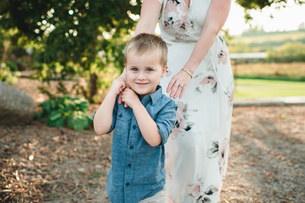 Portrait of smiling boy holding mothers handの写真素材 [FYI03598618]