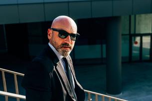 Portrait of mature businessman outdoors, wearing sunglassesの写真素材 [FYI03598749]