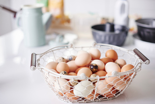 Basket full eggs on kitchen counter at easterの写真素材 [FYI03598956]