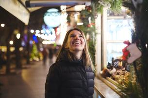 Woman at Christmas market looking up smiling, Odessa, Odessa Oblast, Ukraine, Europeの写真素材 [FYI03599003]