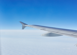Airplane wing in flight above clouds, Odessa, Odessa Oblast, Ukraine, Europeの写真素材 [FYI03599013]