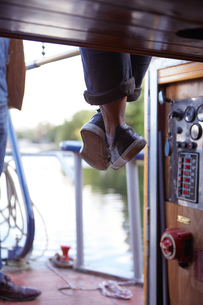 Woman on canal boatの写真素材 [FYI03599046]
