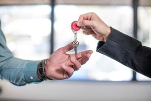 Estate agent handing keys to homebuyer, close-upの写真素材 [FYI03599187]