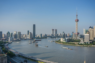 Elevated cityscape with oriental pearl tower in skyline and Huangpu river, Shanghai, Chinaの写真素材 [FYI03599244]