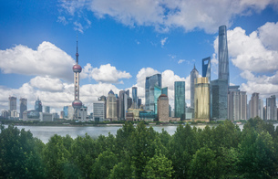 Cityscape with oriental pearl tower in skyline and Huangpu river, Shanghai, Chinaの写真素材 [FYI03599246]