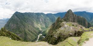 Views from the top of Machu Picchu Mountain, Cusco, Peru, South Americaの写真素材 [FYI03599326]