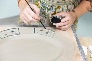 Potter painting motifs on platterの写真素材 [FYI03599345]