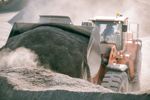 Quarry worker using heavy machinery in quarryの写真素材 [FYI03599437]