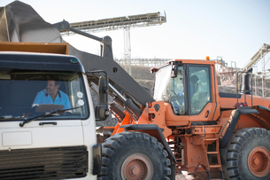 Quarry workers using heavy machinery in quarryの写真素材 [FYI03599438]