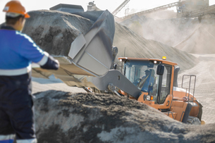 Quarry worker using heavy machinery in quarryの写真素材 [FYI03599439]