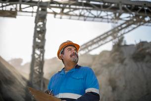 Portrait of quarry worker in quarryの写真素材 [FYI03599440]