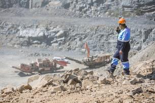Quarry worker in quarry, talking into walkie talkieの写真素材 [FYI03599447]