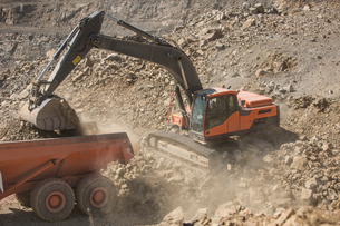 Quarry worker operating heavy machinery in quarryの写真素材 [FYI03599448]