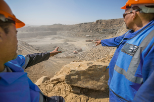 Two quarry worker in discussion at quarryの写真素材 [FYI03599450]