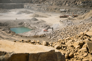 Quarry with heavy machinery in useの写真素材 [FYI03599451]