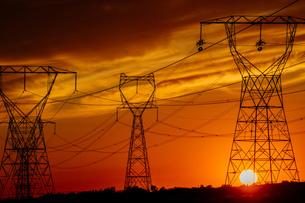 Electricity pylons at sunset, Enterprise, Oregon, United States, North Americaの写真素材 [FYI03599525]