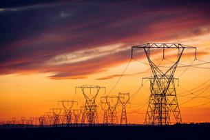 Electricity pylons at sunset, Enterprise, Oregon, United States, North Americaの写真素材 [FYI03599526]