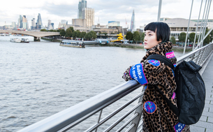 Stylish young woman looking out from millennium footbridge, London, UKの写真素材 [FYI03599762]