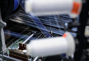 Carbon fibre thread on loom in carbon fibre production facilityの写真素材 [FYI03600090]