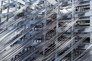 Carbon fibre thread on loom in carbon fibre production facilityの写真素材 [FYI03600091]
