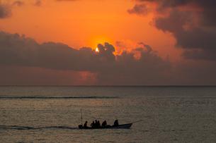 Seascape with silhouetted fishing boat at sunset, Zanzibar,Tanzania, Africaの写真素材 [FYI03600326]