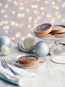 Christmas tarts dusted with sugar, Christmas baubles beside themの写真素材 [FYI03600742]