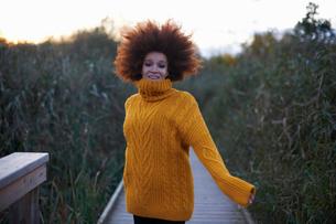 Portrait of young woman walking along rural pathwayの写真素材 [FYI03600926]