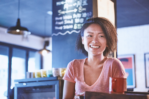 Happy woman in cafe, Shanghai French Concession, Shanghai, Chinaの写真素材 [FYI03601104]
