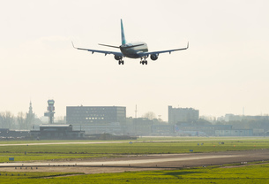 Airplane landing at Hague airport, Rotterdam, South Holland, Netherlands, Europeの写真素材 [FYI03601188]