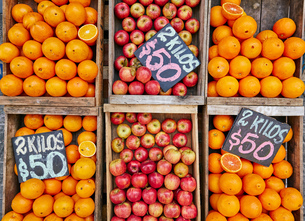 Fresh apples and oranges in crates on market stall, Montevideo, Uruguay, South Americaの写真素材 [FYI03601290]