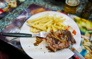 Steak and fries on plateの写真素材 [FYI03601297]
