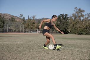 Woman on football pitch playing footballの写真素材 [FYI03601530]