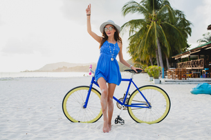 Portrait of young woman with bicycle on sandy beach, Krabi, Thailandの写真素材 [FYI03601902]