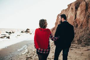 Rear view of romantic mid adult couple strolling on beach, Odessa Oblast, Ukraineの写真素材 [FYI03601921]