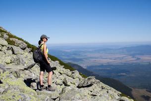 Hiker enjoying view at top, Stary Smokovec, Presov, Slovak Republicの写真素材 [FYI03601936]